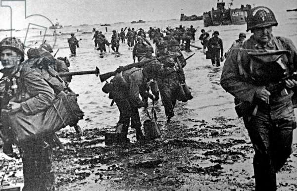 American soldiers go ashore during the Normandy landings.