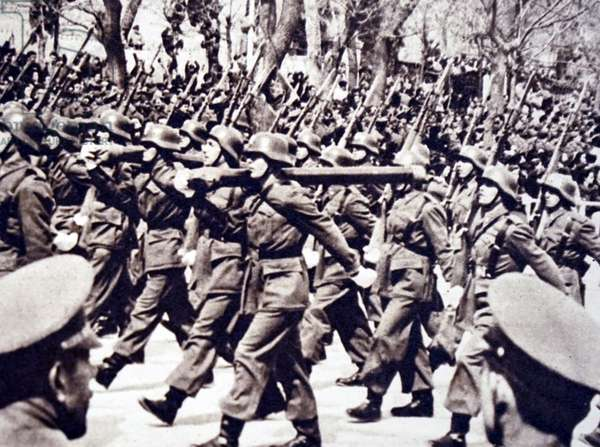 Photograph of Spanish soldiers marching through the streets