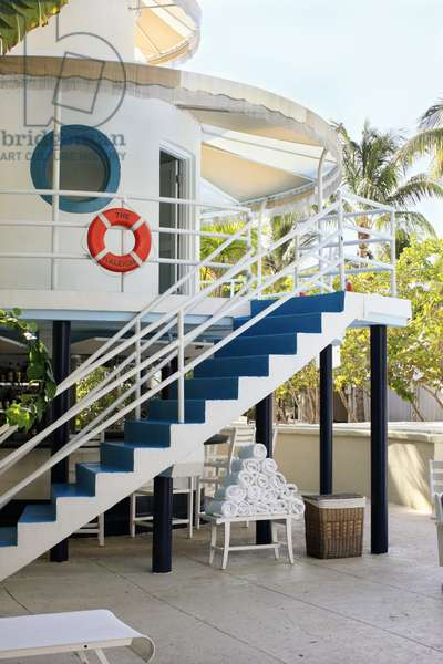 Lifeguard Station at The Raleigh Hotel Swimming Pool, Miami (photo)