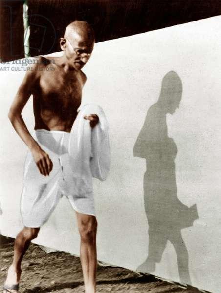 Mohandas Karamchand Gandhi dit Mahatma Gandhi (1869-1948), leader politique et spirituel indien se pressant pour une rencontre de travail du comite, octobre 1928 - Mahatma Gandhi rushing to a Working Committee meeting, October 1928. ©Dinodia/Uig/Leemage