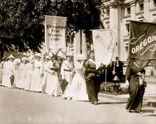 Woman's Club Marchers from Wisconsin & Oregon in DC 1913 (photo)
