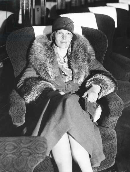 Amelia Earhart (b/w photo)