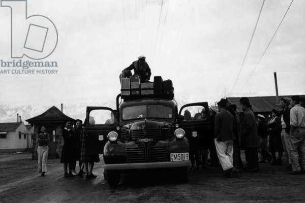 Packing up, Manzanar Relocation Center, California, 1943 (photo)