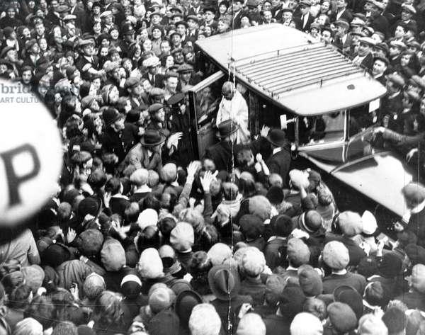 Mahatma Gandhi welcomed by a large crowd, England, 23 September 1931
