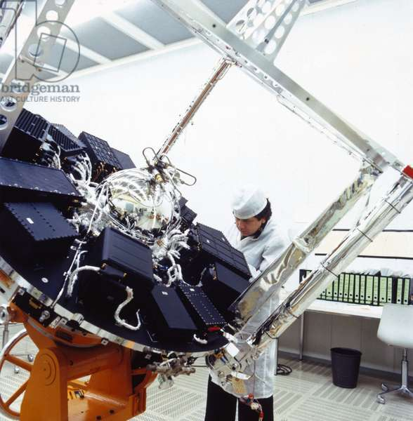 Satellites, Earth Observation, USA Geos satellite with technician, 1960s
