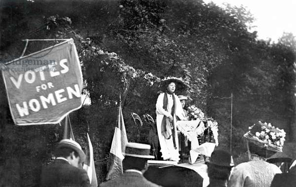 United Kingdom : Suffragette Miss Gawthorpe Speaking At A Garden Party In Southport - 1909