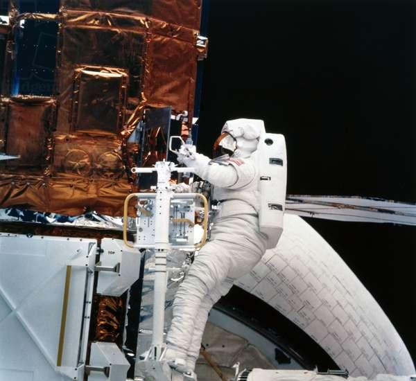 Manned Space Flight, USA, Shuttle Shuttle astronaut with Solar Maximum Satellite, 1984