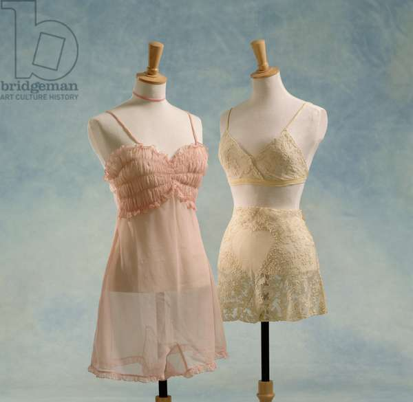Pink camiknickers and cream lace bra and knickers, 1940's (photo)