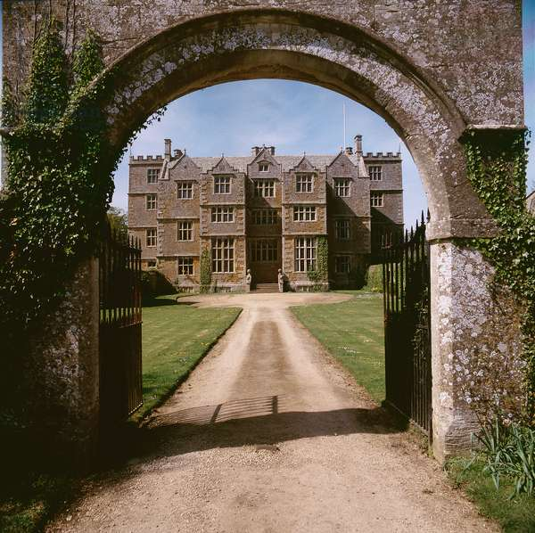 View through the gateway towards the front of the house, Chastleton House, Oxfordshire, UK (photo)