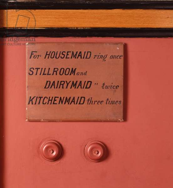 Close up of a domestic service sign and two bell pushes in the corridor (photo)