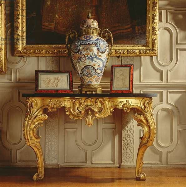 An Imari vase on a side table in the Ballroom (photo)