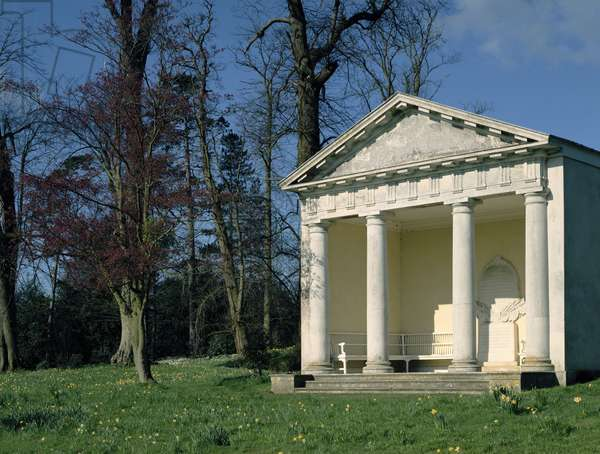 A Doric temple in the gardens (photo)