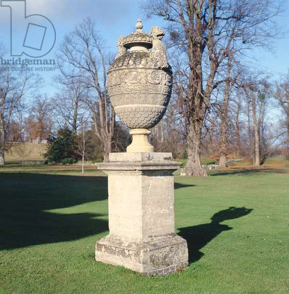 An urn in the Pleasure Garden (photo)