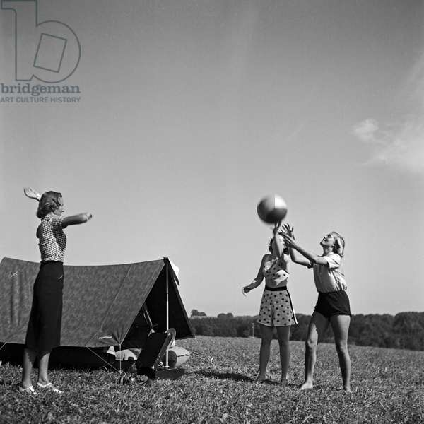 Three young women with a tent and a portable gramophone, Germany 1930s (b/w photo)