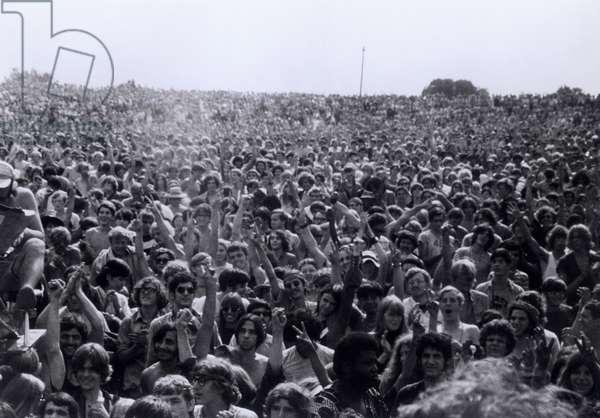 """La foule des spectateurs lors des concerts. Scene tiree du Film documentaire """"""""Woodstock"""""""" de Michael Wadleigh tourne lors du festival de musique, emblematique du mouvement hippie, qui eut lieu entre le 15 et le 18 aout 1969."""