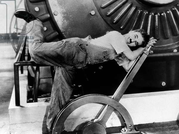 """Le comedien Charlie Chaplin (1889-1977) dans le film """"""""Les temps modernes"""""""" (Modern Times, 1936)"""