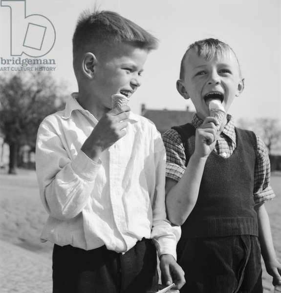 Children enjoying an ice cream in the summertime, Germany 1930s (b/w photo)