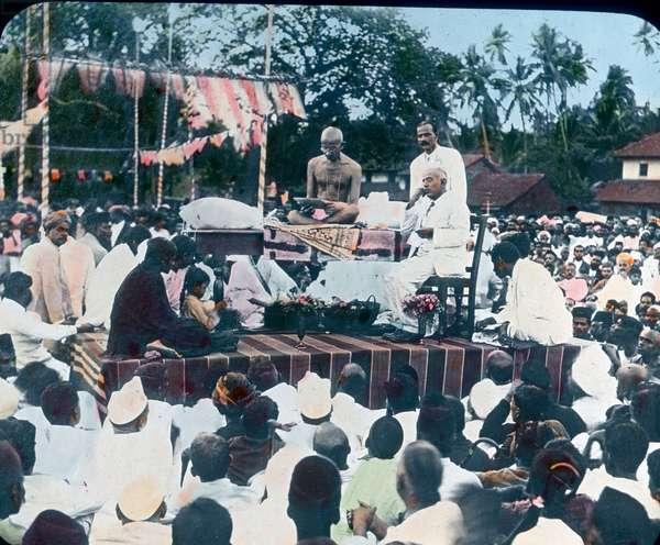 Visite de Mohandas Karamchand Gandhi dit Mahatma Gandhi (1869-1948), leader politique et spirituel indien a Mangalore (Inde), vers 1921 - India, visit of Mahatma Gandhi in Mangalore, image date: circa 1921. Carl Simon Archive