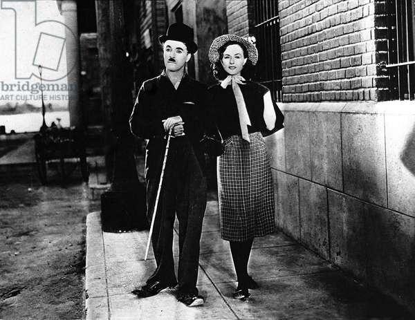 """Le comedien Charlie Chaplin (1889-1977) et la comedienne Paulette Goddard dans le film """"""""Les temps modernes"""""""" (Modern Times, 1936)"""