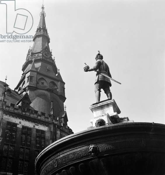 Tower of baroque style Aachen city hall mit Charlemagne fountain in Katschhof square, Germany 1930s (b/w photo)