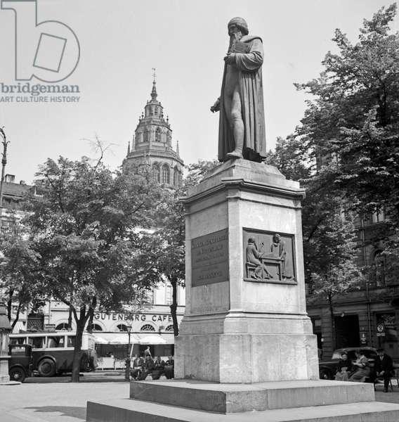 Gutenberg monument at Gutenbergplatz square at Mainz, Germany 1930s (b/w photo)