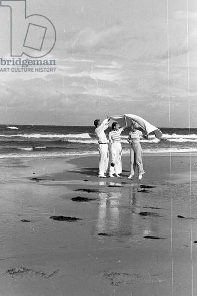 A family on vacation at the Baltic Sea, Deutsches Reich 1930s (b/w photo)