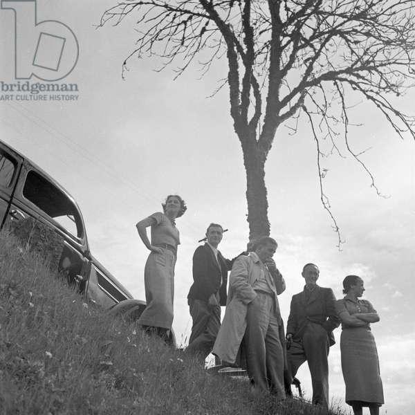 Men and women having a break by the street, Germany 1930s (b/w photo)