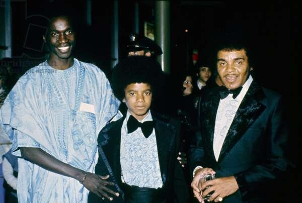 Portrait du jeune Michael Jackson avec son pere Joseph Jackson (a sa droite) qui fonda le groupe de soul americain The Jackson Five en 1965 .