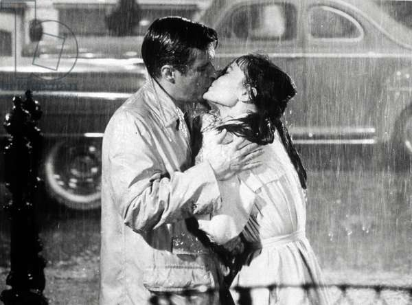 Kiss in the rain: GEORGE PEPPARD and AUDREY HEPBURN in 'Breakfast at Tiffany's' (1961). Les costumes du film sont de Hubert de Givenchy.