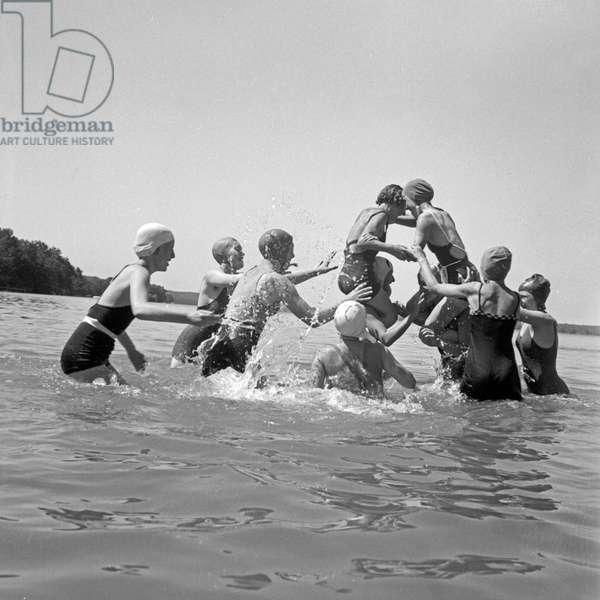 Watersports at the leisure camp of the Deutsche Arbeitsfront at the Lake Werbellinsee in Altenhof, Brandenburg, 1930s (b/w photo)