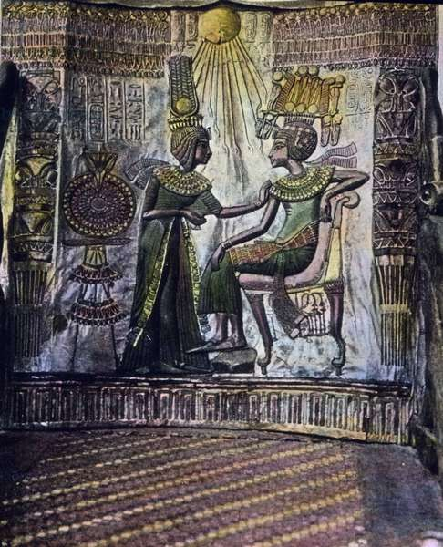 Egypt, Cairo, Pharaoh Tutankhamun and his wife Ankhesenamun in the museum, image date: circa 1924. Carl Simon Archive
