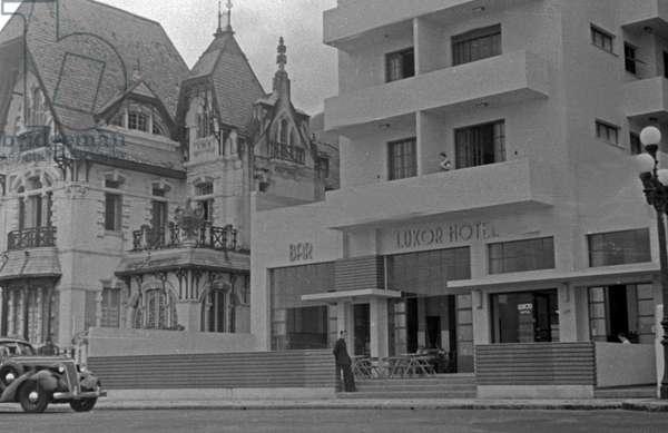 """Modern Bauhaus hotel """"Luxor"""" beside a """"Gruenderzeit"""" style building at Rio de Janeiro, Brazil 1930s (b/w photo)"""
