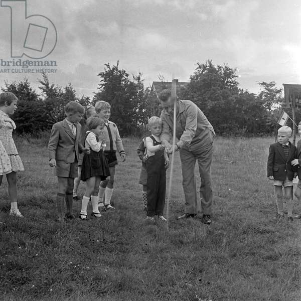 German entertainer Peter Frankenfeld with children in the garden at his home, Germany 1950s