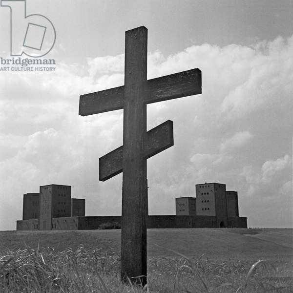 Orthodox cross at the field in front of the Tannenberg monument near Hohenstein in East Prussia, Germany 1930s (b/w photo)
