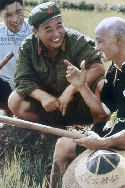 Mao Tse-Tung (Mao Ze-Dong ou Mao Zedong ou Mao Tse Toung ou Mao Tso Tong) (1893-1976) discutant avec les paysans a Yangchailing, Yenan, qui etait appeles