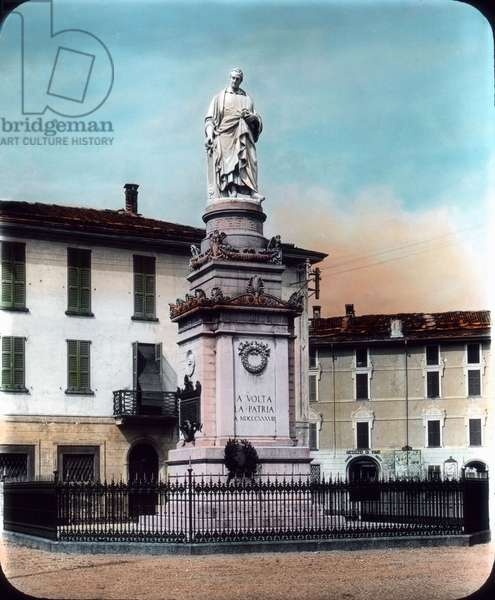 Como city on the Lake Como in Northern Italy. Part of the Swiss-Italian metropol region of Ticino. View to the Volta square and the Alexander Volta statue. Image date: circa 1910. Carl Simon Archive