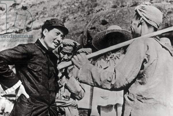 "Mao Tse-Tung (Mao Ze-Dong ou Mao Zedong ou Mao Tse Toung ou Mao Tso Tong) (1893-1976) discutant avec les paysans a Yangchailing, Yenan, qui etait appeles """"La population heroique revolutionnaire"""", 1939."