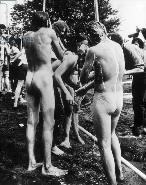 """Les douches sur le site du festival. Scene tiree du Film documentaire """"""""Woodstock"""""""" de Michael Wadleigh tourne lors du festival de musique, emblematique du mouvement hippie, qui eut lieu entre le 15 et le 18 aout 1969."""