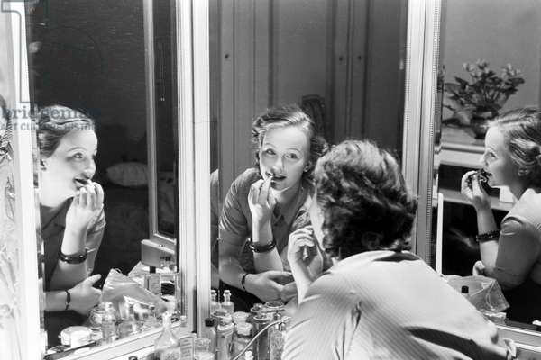 The princess of carnival in Mainz 1938, on the occasion of the 100th anniversary of the leading local carnival association, at home in Nieder-Olm at her makeup table (b/w photo)