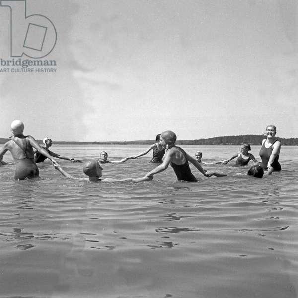 Swimming at lake Werbellinsee at the leisure camp of the Deutsche Arbeitsfront in Altenhof, Brandenburg, 1930s (b/w photo)