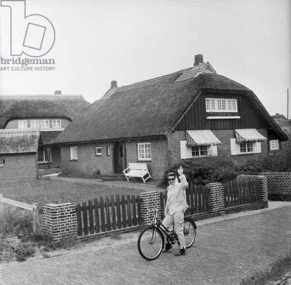 German singer and actress Lale Andersen in front of her house, called Sonnenhof, on the East Frisian island Langeoog, mid 1957