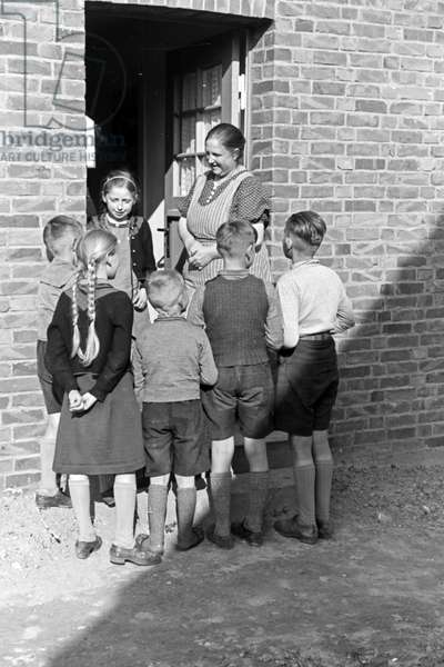 Children from fishermen's families at Hela peninsula in East Prussia, Germany 1930s (b/w photo)