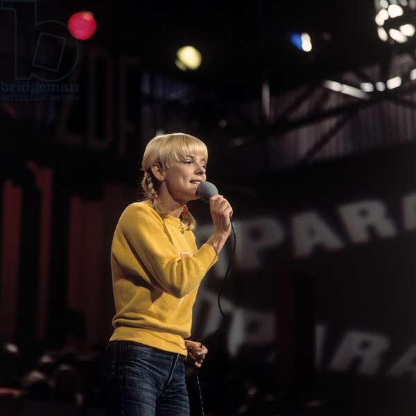 Portrait de France Gall, chanteuse francaise ne en 1947 dans l'emission television du hitparade. Photographie annees 1970.