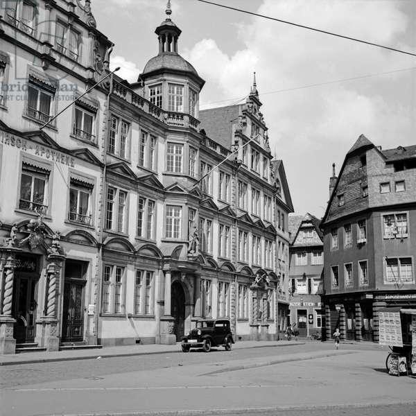 "Building ""Zum Roemischen Kaiser"" at Liebfrauenplatz square with view to the Rotekopfgasse lane at Mainz, Germany 1930s (b/w photo)"