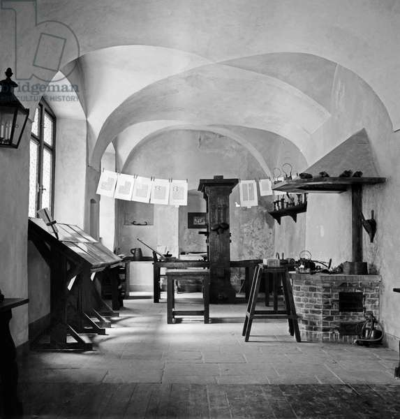 Replica of the studio where Johannes Gensfleisch Gutenberg invented printing at the Gutenberg museum in the city of Mainz, Germany 1930s (b/w photo)