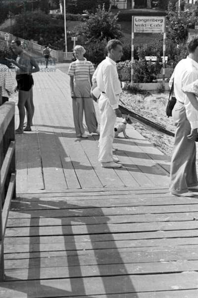 Holidaymakers on a boardwalk at the Baltic Sea, Germany 1930s (b/w photo)