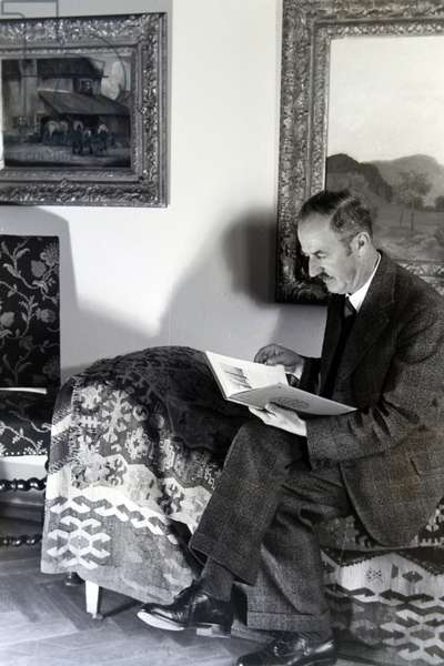 The artist and director of the art academy in Nuremberg reading a book, Germany 1930s (b/w photo)