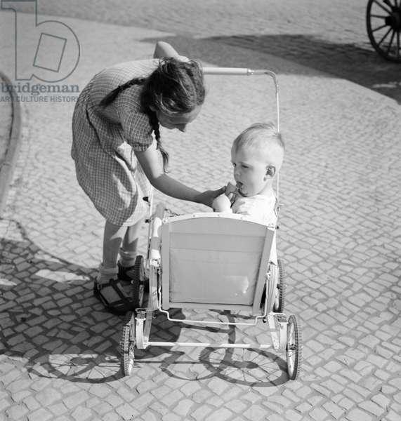 Children enjoying an ice cream, Germany 1930s (b/w photo)