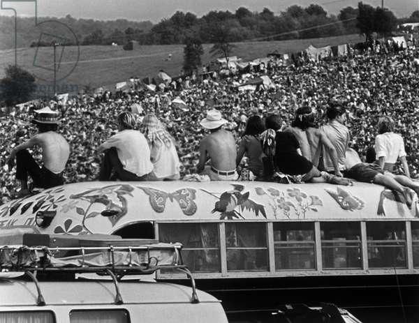 """Foule des spectateurs assistant aux concerts. Scene tiree du Film documentaire """"""""Woodstock"""""""" de Michael Wadleigh tourne lors du festival de musique, emblematique du mouvement hippie, qui eut lieu entre le 15 et le 18 aout 1969."""