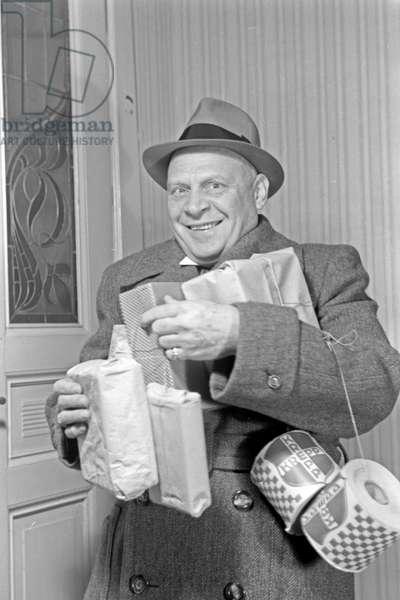 German actor Ludwig Schmitz with presents, Germany 1930s (b/w photo)